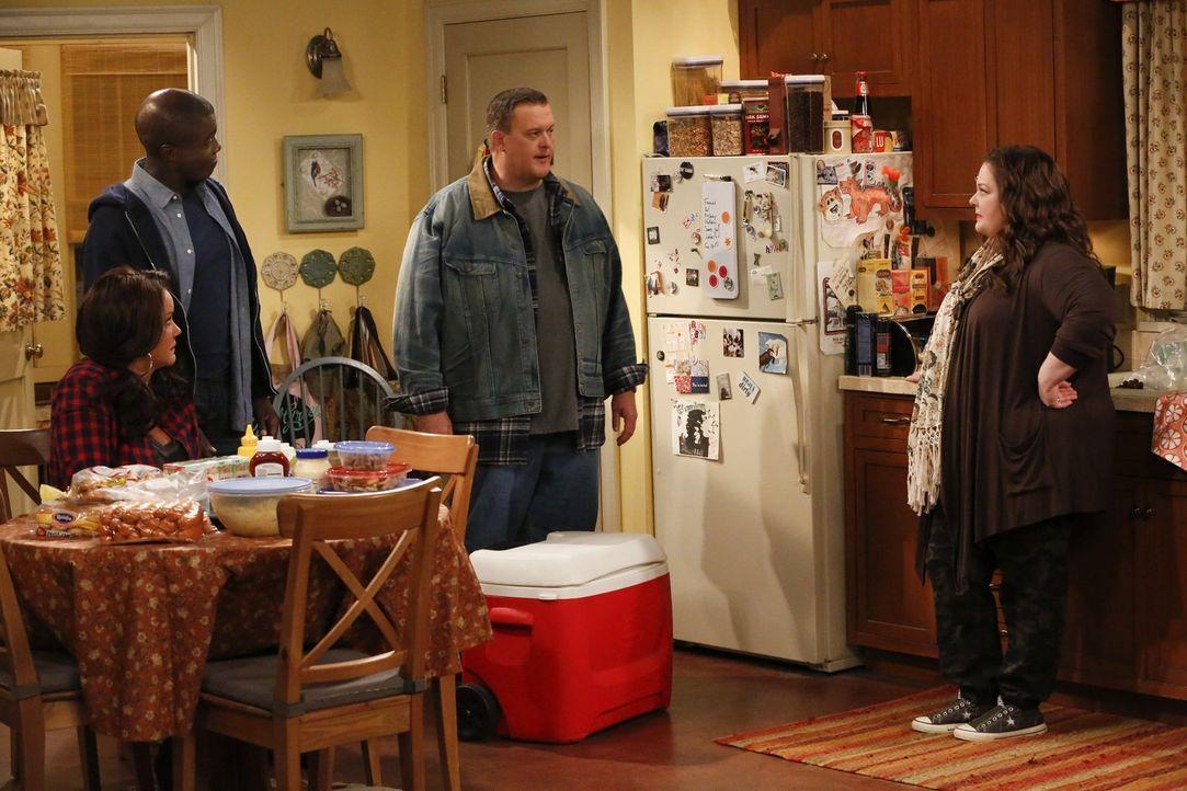 Molly (Melissa McCarthy, r.) und Mike (Billy Gardell, 2.v.r.) können nicht verstehen, dass Carl (Reno Wilson, 2.v.l.) Victoria (Katy Mixon, 2.v.l.)... - Bildquelle: Warner Brothers
