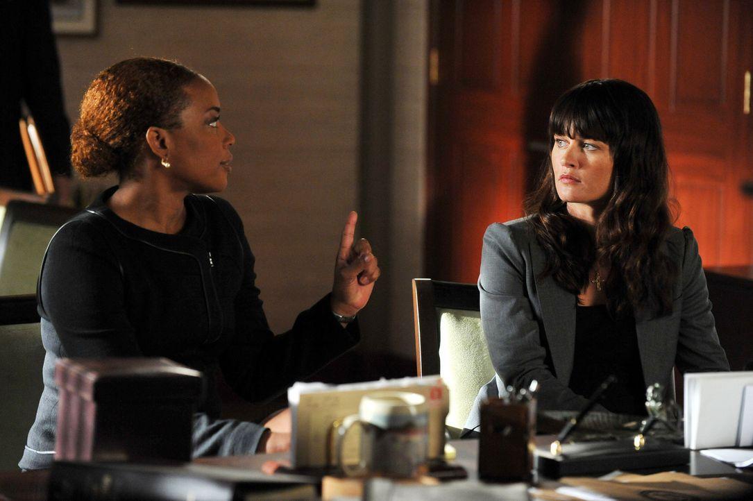 Ein neuer Mordfall beschäftigt Madeleine Hightower (Aunjanue Ellis, l.) und Teresa (Robin Tunney, r.) ... - Bildquelle: Warner Bros. Television