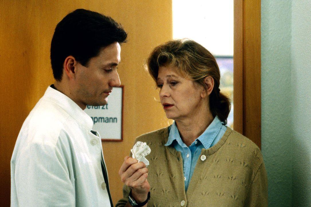 Frau Meisenberg (Lisa Kreuzer, r.) versucht Dr. Kampmann (Ulrich Reinthaller, l.) zu erklären, warum sie die Meinung eines anderen Arztes einholen m... - Bildquelle: Bernd Spauke Sat.1