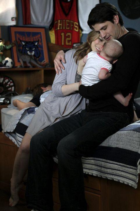 Sind endlich wieder rundum glücklich: Haley (Bethany Joy Lenz, M.) und Nathan (James Lafferty, r.) ... - Bildquelle: Warner Bros. Pictures