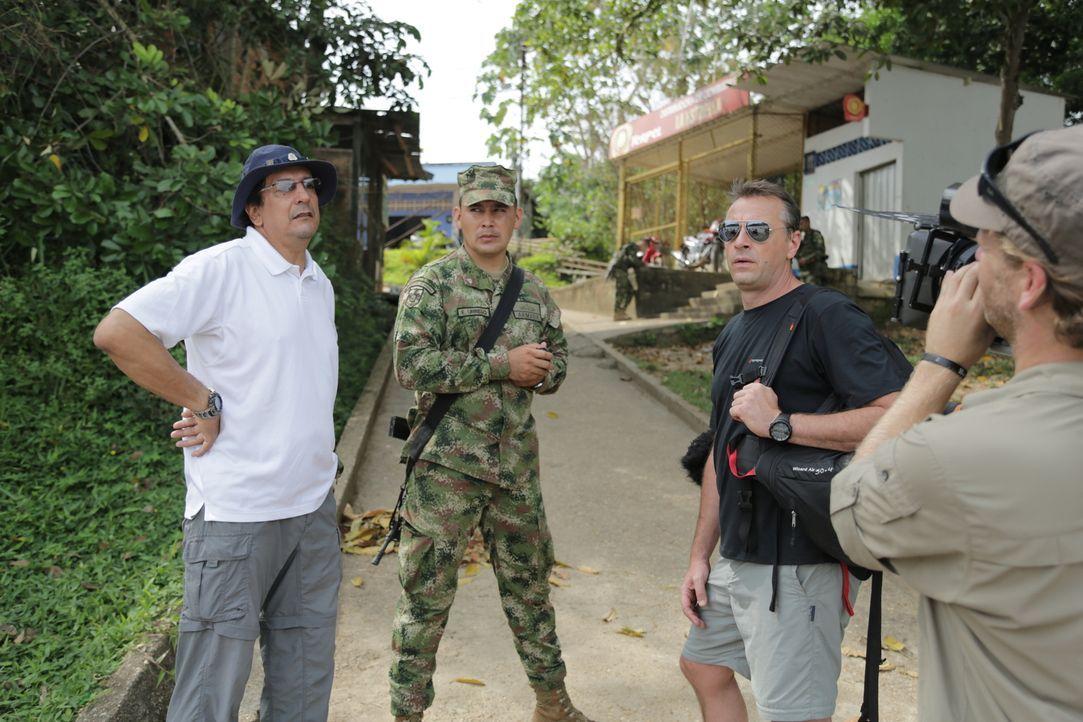 Reporter Tom Waes (2.v.r.) macht sich auf den Weg nach Kolumbien - einen Ort, um den der Pauschaltourist einen Riesenbogen macht. Dort erlebt er ung... - Bildquelle: 2013 deMENSEN