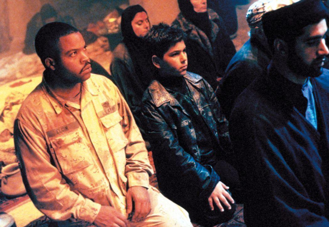Chief Elgin (Ice Cube, l.) findet mit zwei weiteren Soldaten eine Karte zu einem 40 Millionen Dollar Goldschatz. Ihr Weg führt sie mitten durch fei... - Bildquelle: Warner Bros. Pictures