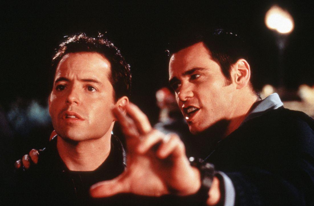 Steven (Matthew Broderick, l.) wird vom Cable Guy Chip (Jim Carrey, r.) langsam aber sicher in den Wahnsinn getrieben ... - Bildquelle: Columbia TriStar