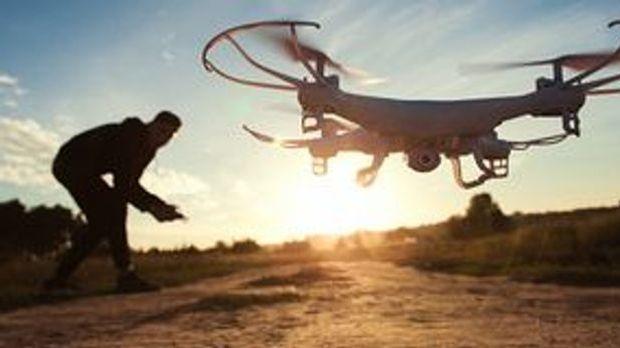 Drohne fliegt im Sonnenuntergang