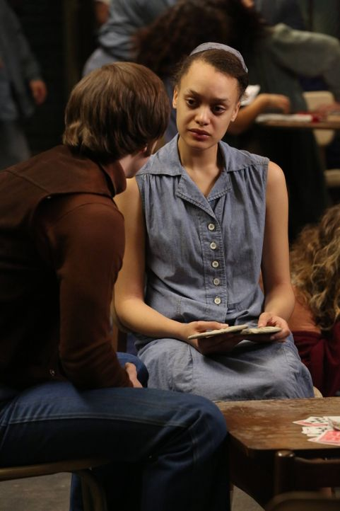 Diesmal ist Kit Walker (Evan Peters, l.) nur als Gast in Briarcliff, um Alma (Britne Oldford, r.) zu besuchen ... - Bildquelle: 2012-2013 Twentieth Century Fox Film Corporation. All rights reserved.