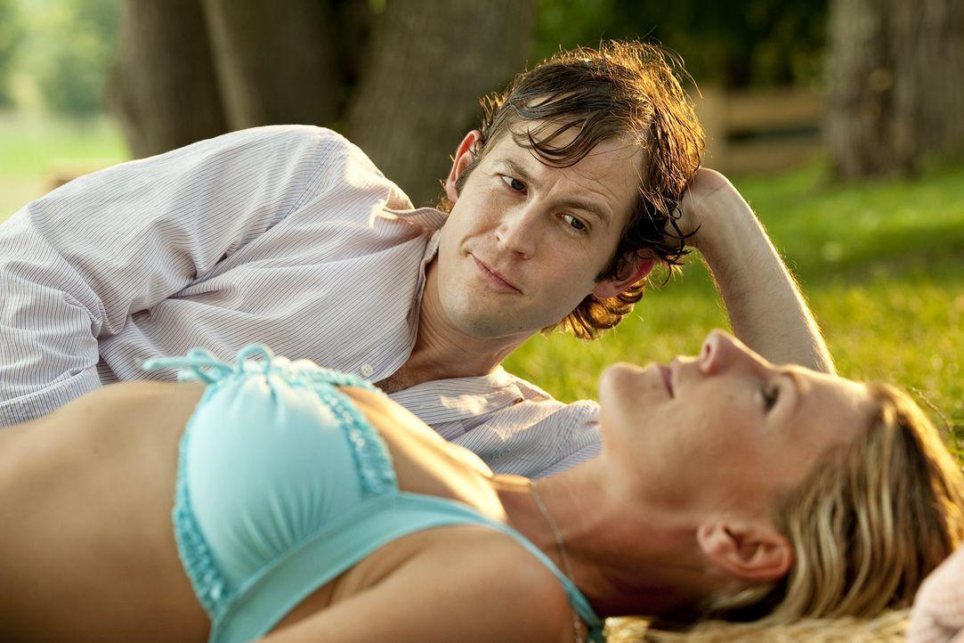 Trotz des großen Altersunterschiedes entwickelt sich zwischen Jule (Sophie Schütt, l.) und Robin (Stefan Murr) eine zarte Romanze. Parallel berich... - Bildquelle: Marco Nagel SAT.1