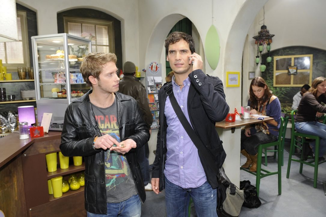 Clever bringt sich Jojo (Bernhard Bozian, l.) bei Alexander (Paul Grasshoff, r.) als Umzugshilfe ins Geschäft ... - Bildquelle: SAT.1