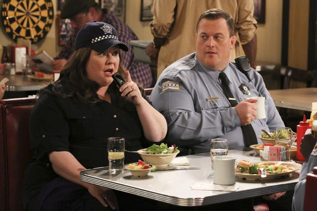 Als Molly (Melissa McCarthy, l.) den Entschluss fasst, eine Karriere als Krimiautorin einzuschlagen, begleitet sie Mike (Billy Gardell, r.) zur Arbe... - Bildquelle: Warner Brothers