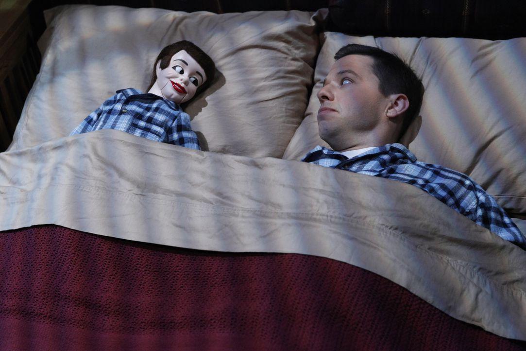Aus Einsamkeit hat sich Alan (Jon Cryer) ein neues Hobby gesucht ... - Bildquelle: Warner Brothers Entertainment Inc.