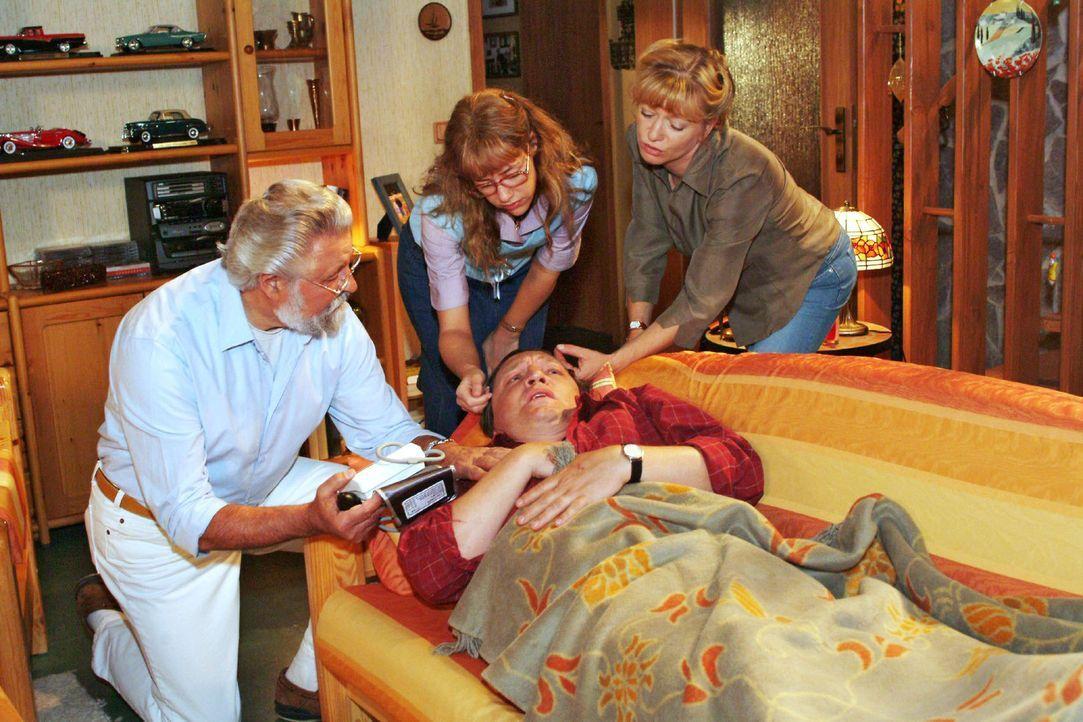 Bernd (Volker Herold, vorne liegend) geht es gar nicht gut - Helga (Ulrike Mai, r.) musste sogar den Hausarzt (Lothar Schadow, l.) rufen. Und das au... - Bildquelle: Sat.1