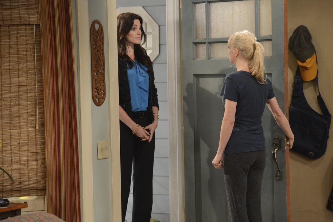 Überraschung: Gabriels Frau Claudia (Courtney Henggeler, l.) steht auf einmal vor der Tür, um Christy (Anna Faris, r.) mitzuteilen, dass sie mit Gab... - Bildquelle: Warner Brothers Entertainment Inc.