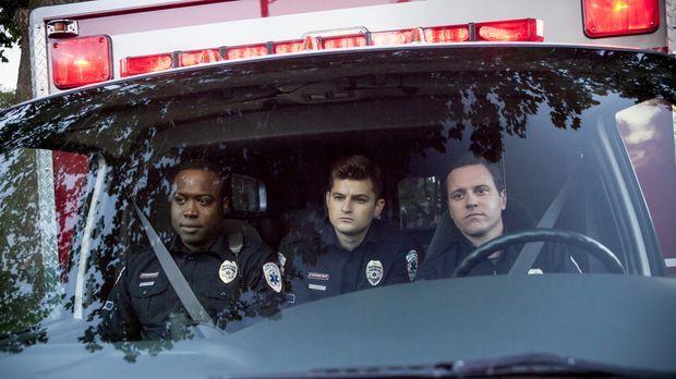 Johnny (Michael Mosley, r.) ahnt nicht, dass Hank (Kevin Daniels, l.) und Bri...