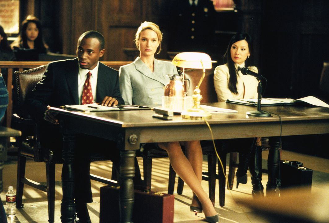 Jackson (Taye Diggs, l.) und Ling (Lucy Liu, r.) vertreten die Kanzleichefin Gloria Albright (Kelly Lynch, M.), nachdem diese alle Männer aus ihrer... - Bildquelle: 2001 Twentieth Century Fox Film Corporation. All rights reserved.