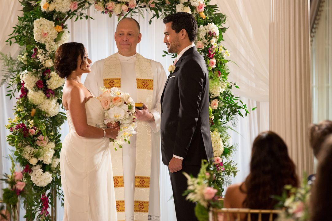 Kurz vor der Hochzeit erkennt Zoila (Judy Reyes, l.), dass Javier (Ivan Hernandez, r.) ihr ein wichtiges Detail aus seiner Vergangenheit verschweigt... - Bildquelle: Bob Mahoney 2015 American Broadcasting Companies, Inc. All rights reserved.