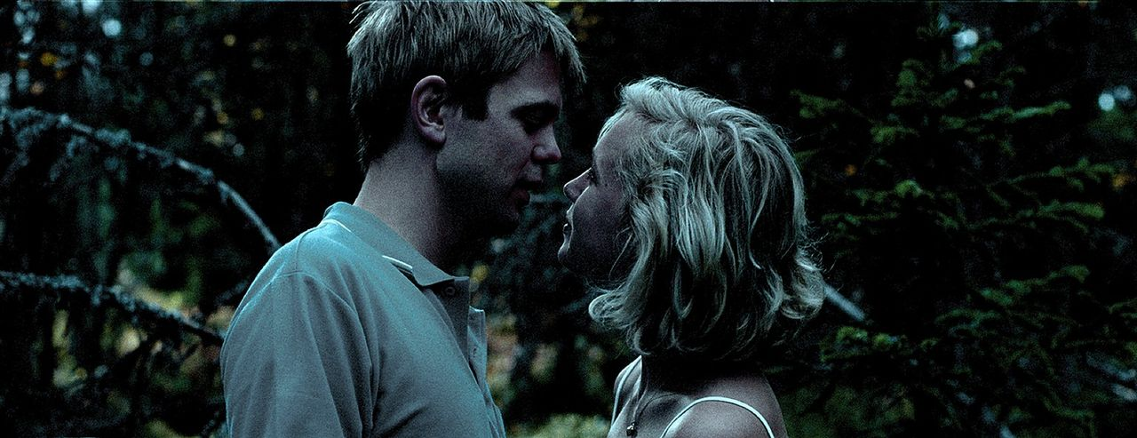 Unglücklicherweise machen sich Siri (Julie Rusti, r.) und Knut (Sturia Rui, l.) mitten in der Nacht auf, ein einsames Plätzchen im Wald zu suchen....