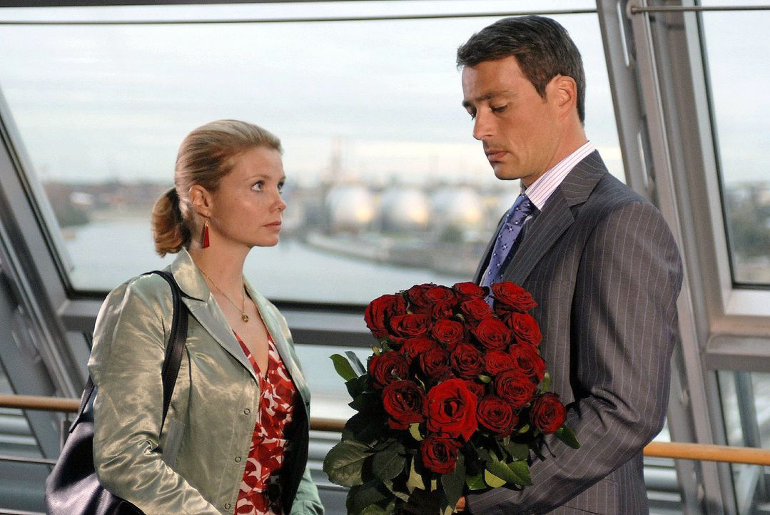 Lissy (Annette Frier, l.), die gerade vom Tod ihres Vaters erfahren hat, ist überrumpelt, als Tom (Jan Sosniok, r.) ihr einen Heiratsantrag macht. - Bildquelle: Hardy Brackmann Sat.1