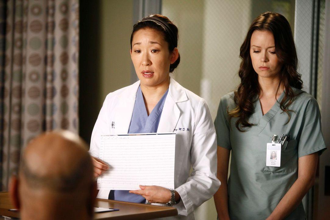 Während Cristina (Sandra Oh, M.) versucht, Sam (James Avers, l.) mit Fakten zu überzeugen, dass die lebenserhaltenden Maschinen von seinem Ehemann M... - Bildquelle: ABC Studios