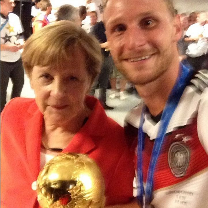 Die schönsten Selfies des WM-Sieges: Höwedes mit Merkel - Bildquelle: Facebook