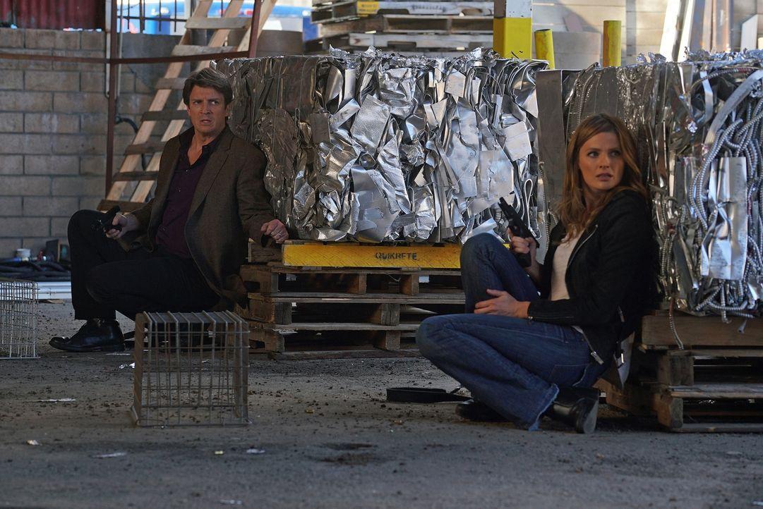Castle (Nathan Fillion, l.) und Beckett (Stana Katic, r.) finden sich plötzlich in einem Kugelhagel wieder, in dem sie um ihr Leben kämpfen müssen .... - Bildquelle: Byron Cohen 2016 American Broadcasting Companies, Inc. All rights reserved.