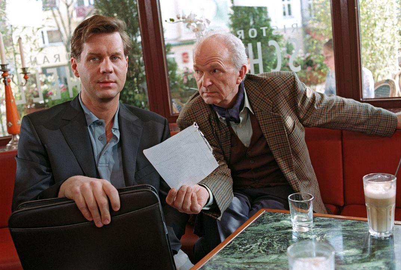 Felix Rath (Thomas Heinze, l.) und Dietrichs (Michael Gwisdek, r.) wollen die wertvollen Briefe an eine Berliner Zeitung verkaufen. - Bildquelle: Noreen Flynn Sat.1