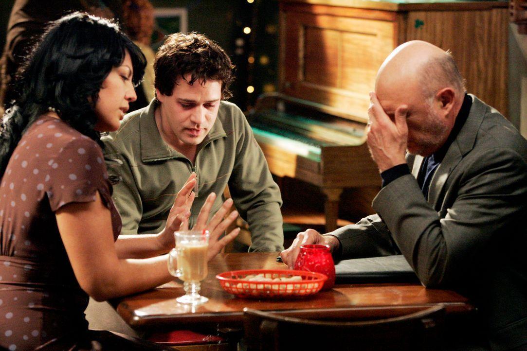 Callie (Sara Ramirez, l.) und George (T. R. Knight, M.) treffen sich mit Callies Vater (Hector Elizondo, r.) der überraschend aufgetaucht ist ... - Bildquelle: Touchstone Television