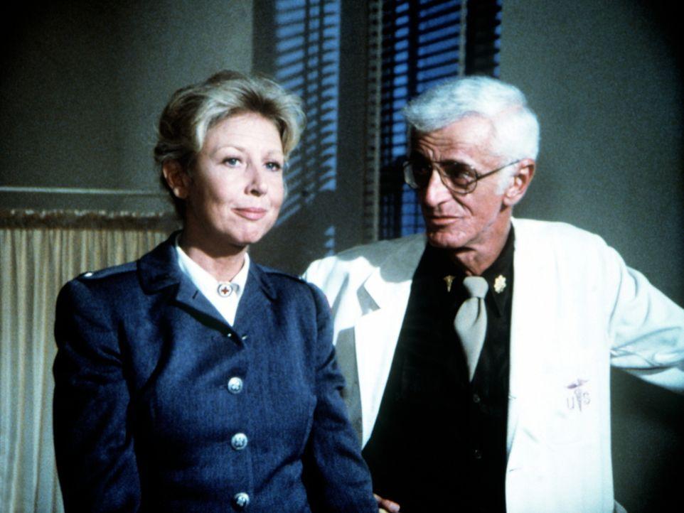Dr. Banion (Regis J. Cordic, r.), der Arzt von John-Boy, klärt Olivia (Michael Learned, l.) über den Zustand ihres verwundeten Sohnes auf. - Bildquelle: WARNER BROS. INTERNATIONAL TELEVISION