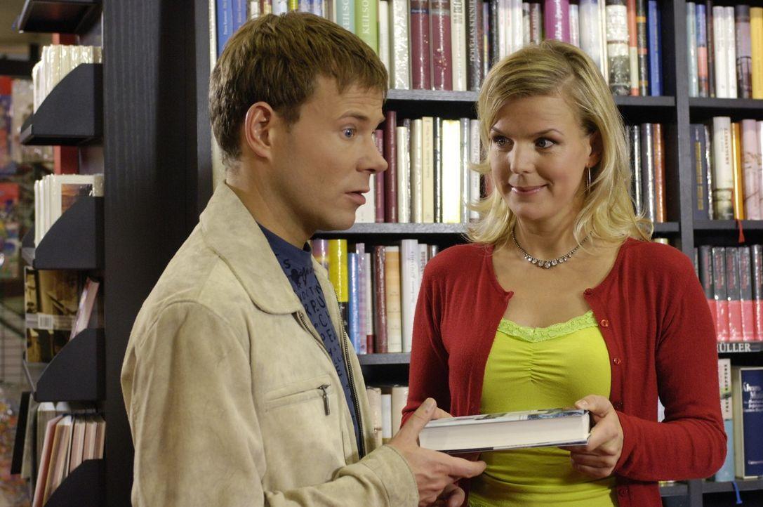 Die Buchverkäuferin Mirja (Mirja Boes, r.) war früher Drogistin und empfiehlt Mathias (Mathias Schlung, l.) ein Buch, das gut zu seinem Teint passt. - Bildquelle: Sat.1