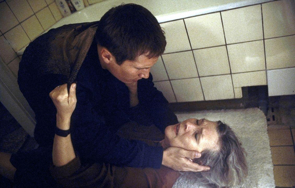 Eines Tages erhält Lars (Benno Fürmann, l.) überraschend einen verwirrenden Anruf von seiner Mutter Irene (Jutta Wachowiak, r.), zu der er kaum n... - Bildquelle: Jeanne Degraa ProSieben