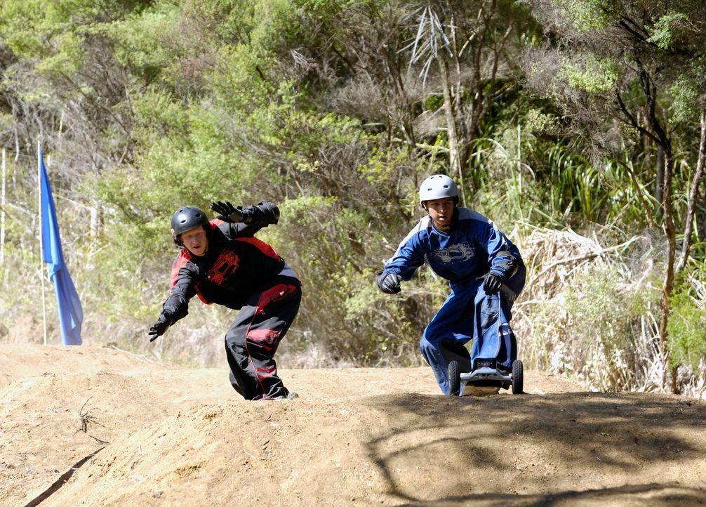 Der große Dirtboard-Contest startet: Johnny Kapahala (Brandon Baker, r.) muss alles riskieren, wenn er gewinnen will ... - Bildquelle: Disney. All rights reserved