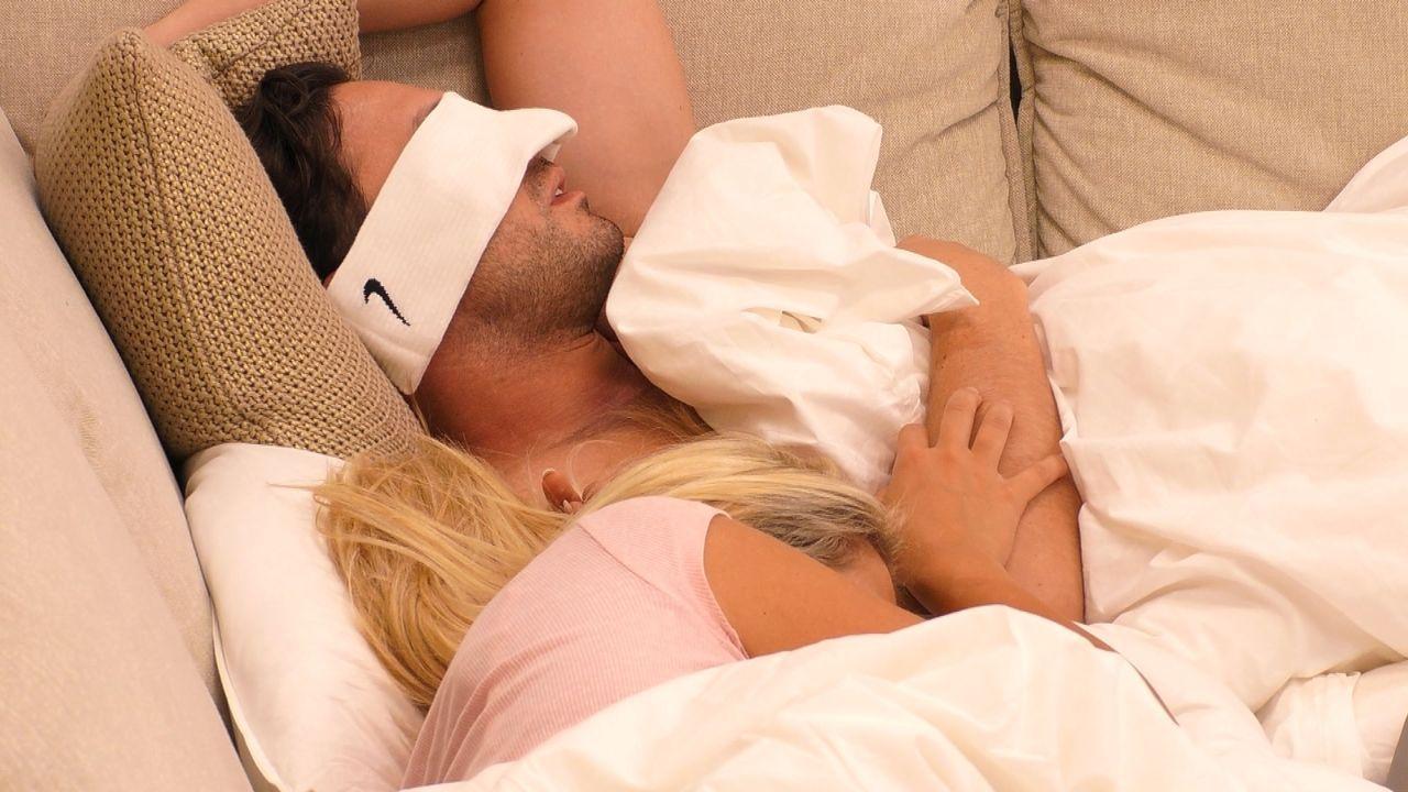 Daniel Völz und Chethrin Schulze schlafen zusammen auf dem Sofa
