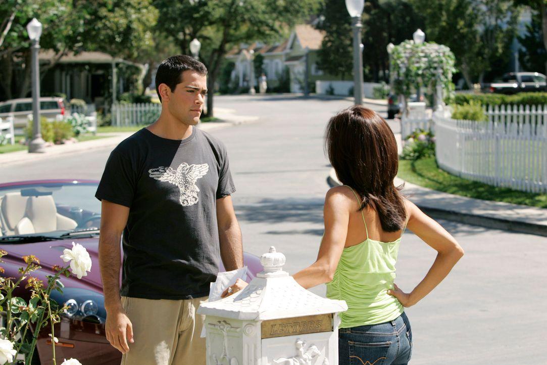 Gabrielle (Eva Longoria, r.) beobachtet John (Jesse Metcalfe, l.) inkognito bei seinen Job als Gärtner und dabei muss sie feststellen, dass der bere... - Bildquelle: 2005 Touchstone Television  All Rights Reserved
