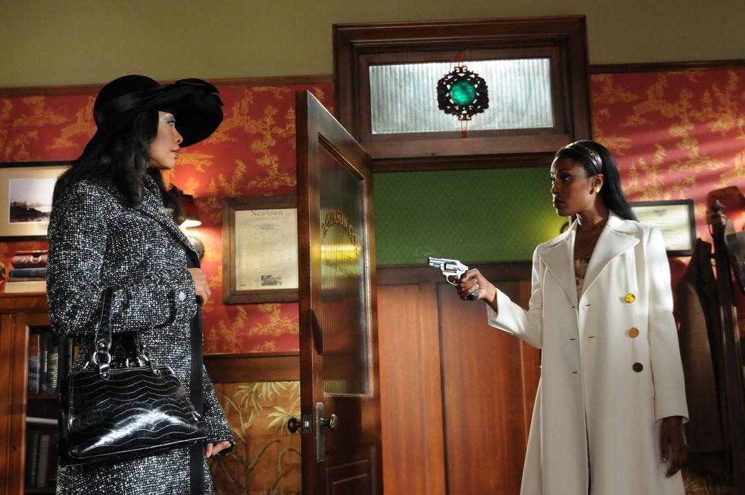 Lila (Gina Torres, l.) ist die Mutter von Emersons Tochter Penny. Sie sucht ihn auf, da er ihr bei der Aufklärung eines Mordfalles helfen soll. Die... - Bildquelle: Warner Brothers