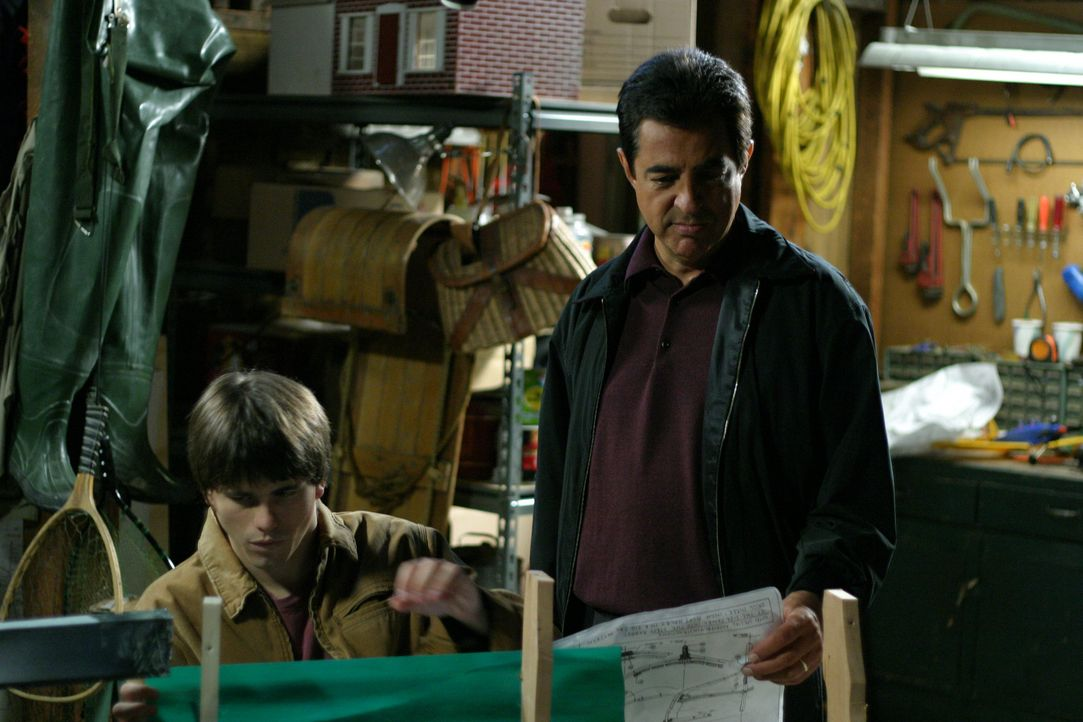 Der Bootsbau hat einen guten Zweck: Will (Joe Mantegna, r.) und Kevin (Jason Ritter, l.) kommen sich nach einem Streit wieder näher ... - Bildquelle: Sony Pictures Television