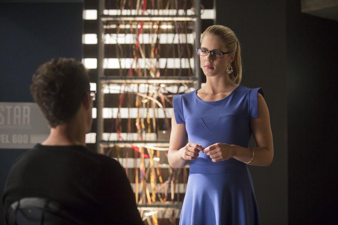 Machen sich Sorgen um Barry, der von Ray Bivolo Fähigkeiten beeinflusst wurde: Wells (Tom Cavanaugh, l.) und Felicity (Emily Bett Rickards, r.) ... - Bildquelle: Warner Brothers.