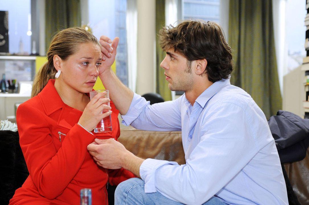 Katja (Karolina Lodyga, l.) wird von ihrem schlechten Gewissen gegenüber Jonas (Roy Peter Link, r.) überwältigt. - Bildquelle: Sat.1