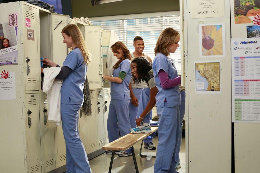 Die neuen Anfänger werden in all die Dramen des Seattle Grace involviert: Leah (Tessa Ferrer, l.), Stephanie (Jerrika Hinton, 2.v.r.), Jo (Camilla L... - Bildquelle: ABC Studios