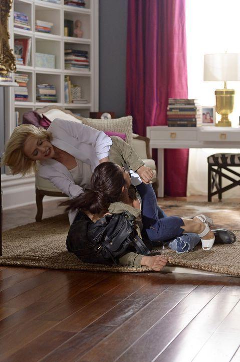 Glaubt Shelby (Johanna Braddy, l.) wirklich, dass Alex (Priyanka Chopra, r.) etwas mit dem Attentat zu tun hat? - Bildquelle: 2015 ABC Studios