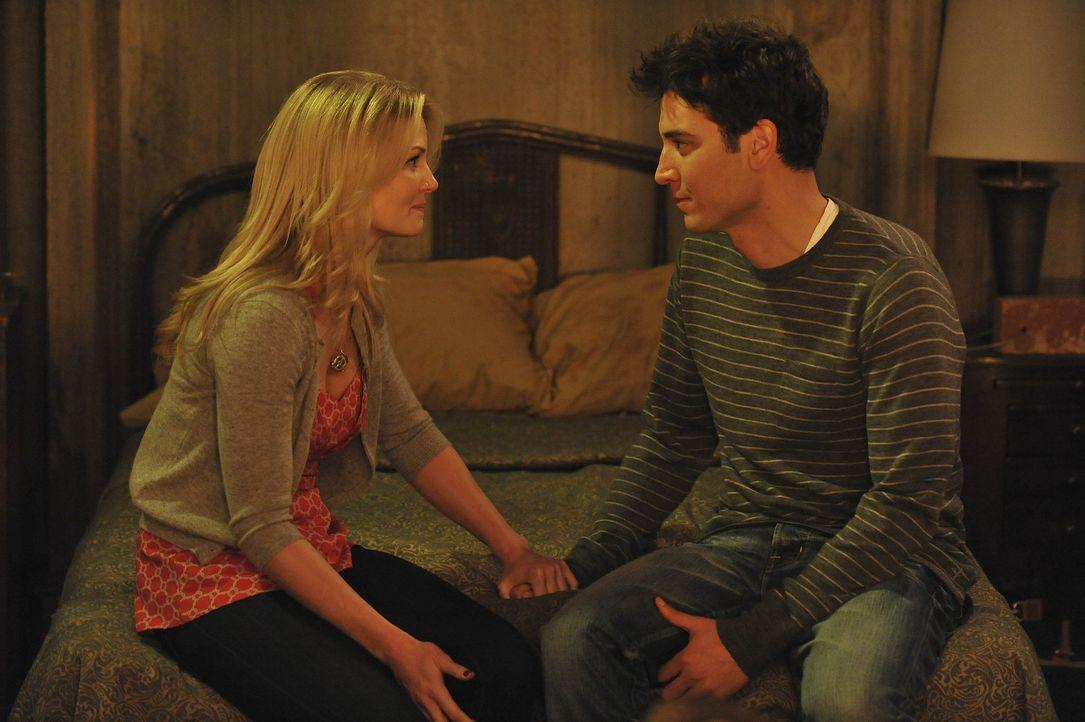 Ted (Josh Radnor, r.) plant ein romantisches Wochenende mit Zoey (Jennifer Morrison, l.), was allerdings ganz anders verläuft ... - Bildquelle: 20th Century Fox International Television