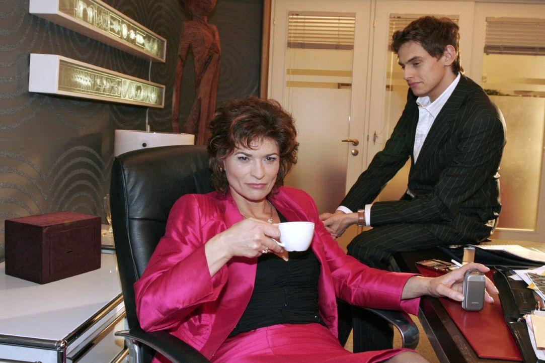 Sophie (Gabrielle Scharnitzky, l.) glaubt bald über Lisa triumphieren zu können. Als Alexander (Shai Hoffmann, r.) ihr erzählt, dass Lisa für ih... - Bildquelle: Noreen Flynn Sat.1