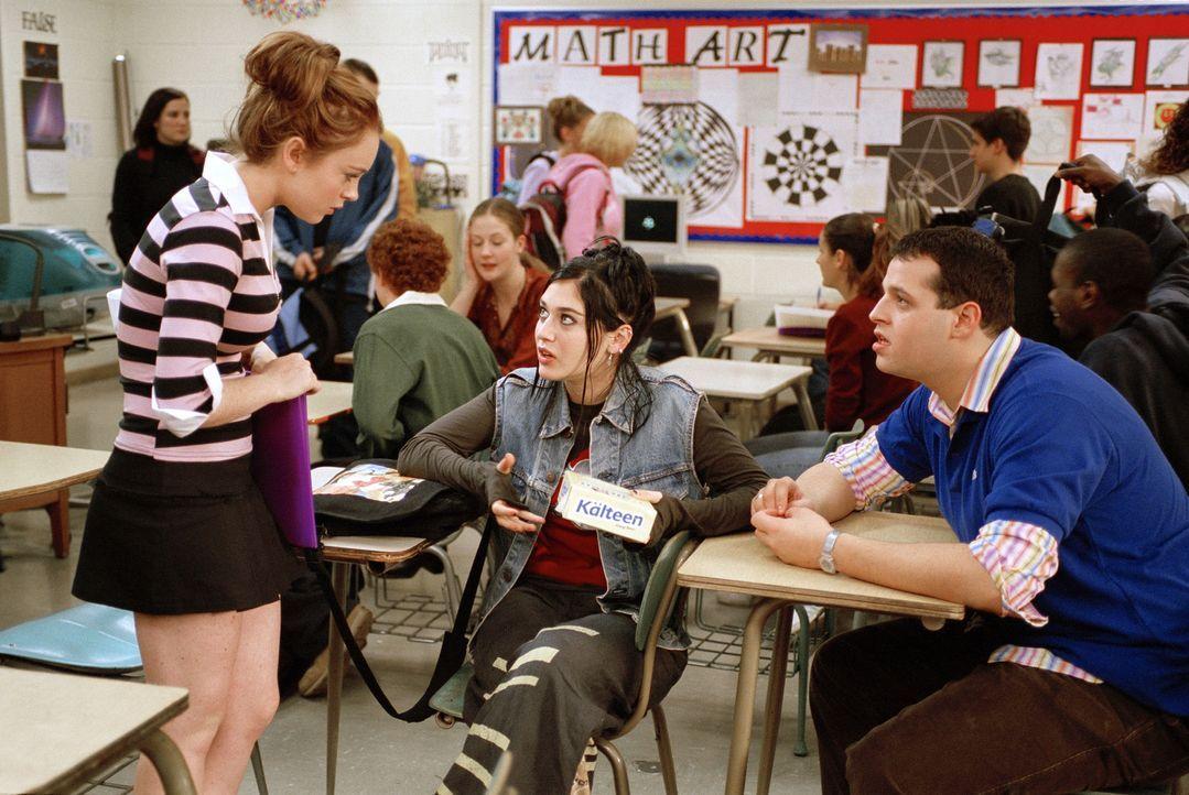 An der neuen Schule freundet sich Cady (Lindsay Lohan, l.) mit den beiden Außenseitern Janis (Lizzy Caplan, M.) und Damian (Daniel Franzese, r.) an.... - Bildquelle: Paramount Pictures