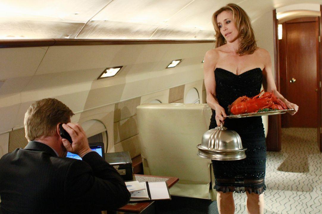 Während Carlos ein schockierende Nachricht erfährt, genießt Lynette (Felicity Huffman, r.) voll und ganz die Vorzüge von Toms (Doug Savant, l.) neue... - Bildquelle: ABC Studios