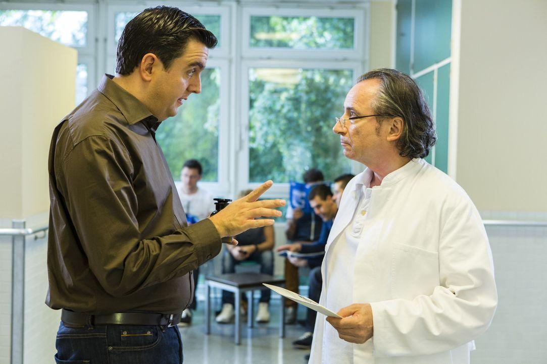 Bastians Bruder Hagen will seine Sterilisation rückgängig machen lassen, doch Bastian (Bastian Pastewka, l.) redet mit Engelszungen auf Dr. Bartsch... - Bildquelle: Frank Dicks SAT.1