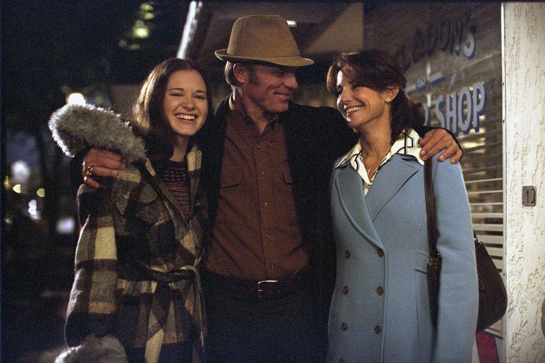 Lange hatte Coach Jones (Ed Harris, M.) nur wenig Zeit für seine Familie (Debra Winger, r.; Sarah Drew, l.), doch die einzigartige Freundschaft mit... - Bildquelle: 2004 Sony Pictures Television International. All Rights Reserved.