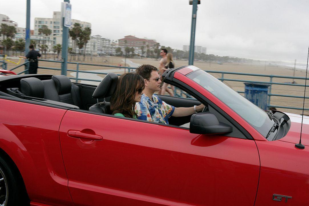 Ziva (Cote de Pablo, l.) und Tony (Michael Weatherly, r.) begleiten Jenny nach Los Angeles zu der Beerdigung eines früheren NCIS Agenten. Bei der Be... - Bildquelle: CBS Television