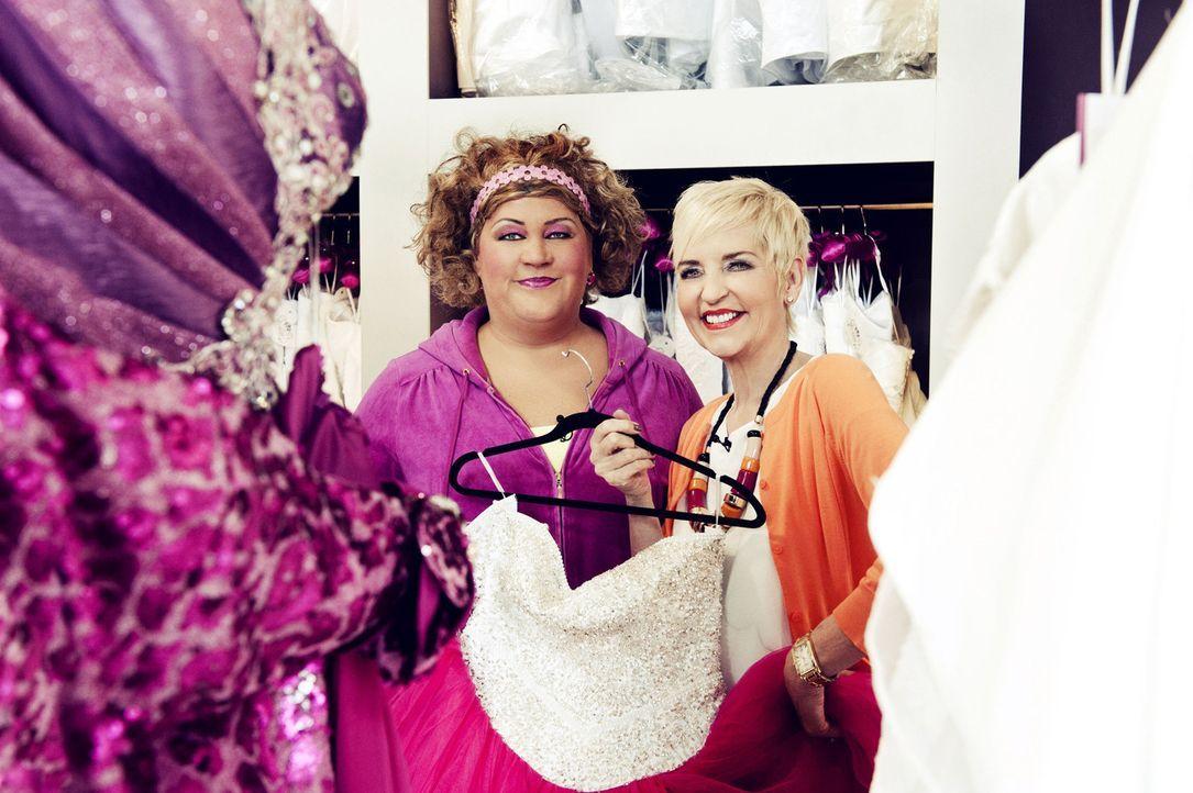 Comedy-Queen Cindy aus Marzahn (l.) und Society-Expertin Sibylle Weischenberg (r.) planen die Hochzeit eines Berliner Pärchens. - Bildquelle: Claudius Pflug SAT.1