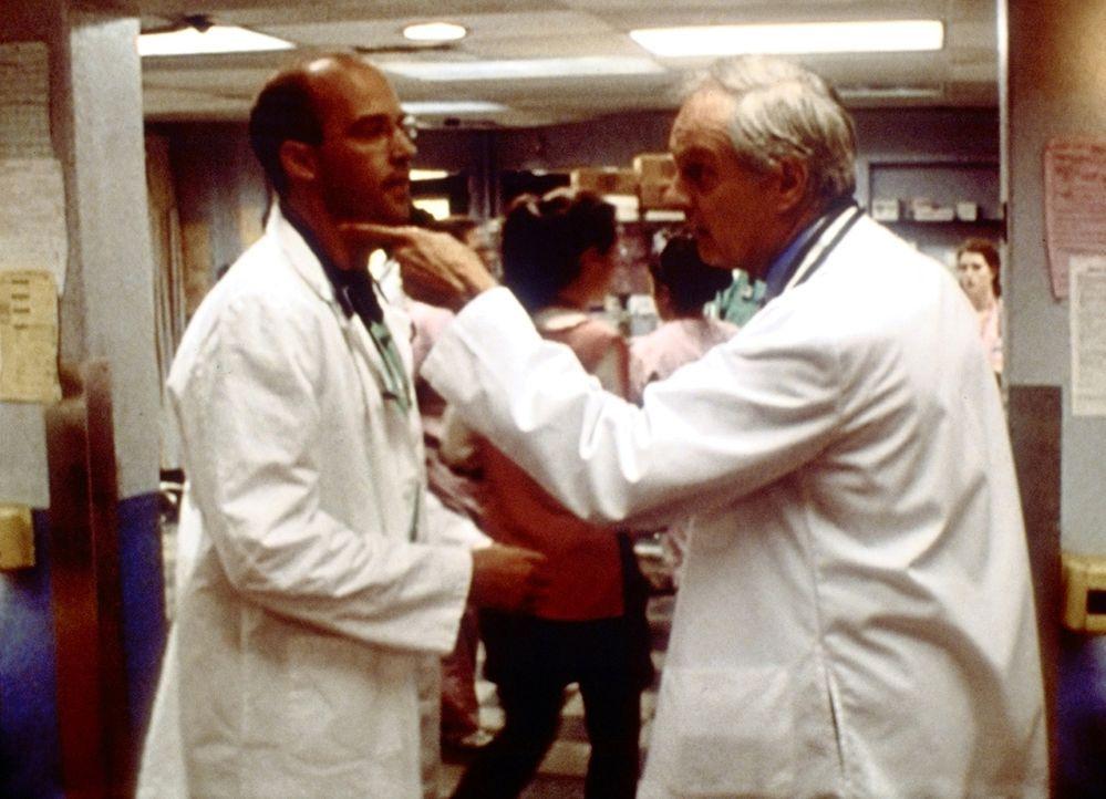 Dr. Greene (Anthony Edwards, l.) versucht, seinen Kollegen Lawrence (Alan Alda, r.) zu bremsen, der dem Vater eines Selbstmörders schwere Vorwürfe m... - Bildquelle: TM+  2000 WARNER BROS.