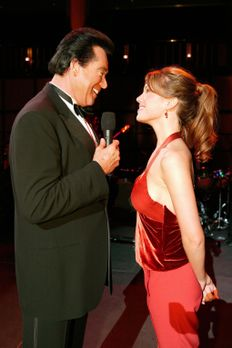 Las Vegas - Mary Connell (Nikki Cox, r.) versucht für Cosme und Leonor, die b...