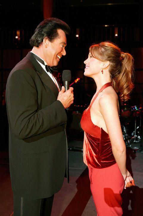 Mary Connell (Nikki Cox, r.) versucht für Cosme und Leonor, die beim Roulette ihr ganzen Geld verloren haben, Karten für die Show ihres Idols Wayn... - Bildquelle: MGM Worldwide Television Inc.