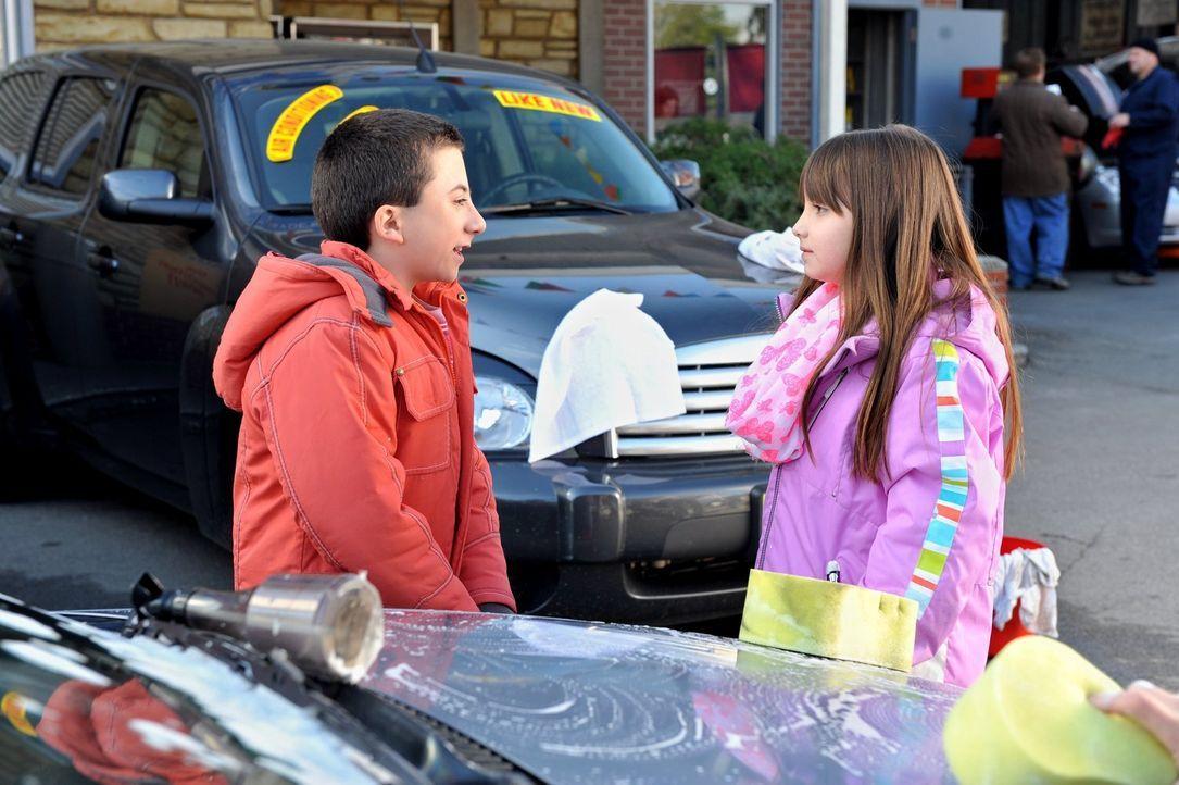 Als ein Mädchen in Bricks (Atticus Shaffer, l.) Sozialkompetenzklasse kommt, ist dieser hin und weg, obwohl Hayley (Mackenzie Aladjem, r.) eine unan... - Bildquelle: Warner Brothers