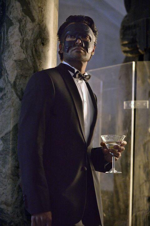 Auch Gabe Lowan (Sendhil Ramamurthy) hat sich unter die Gäste eines Maskenballes gemischt. Was hat er vor? - Bildquelle: Ben Mark Holzberg 2013 The CW Network, LLC. All rights reserved.